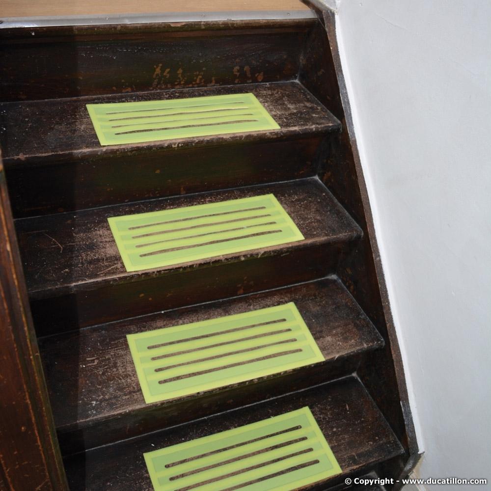 s curit logement des senior des marches fluorescentes antid rapantes adh sives. Black Bedroom Furniture Sets. Home Design Ideas